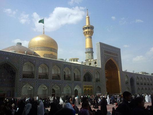 Der Goldiwan im Alten Hof, der seinen Namen der vollständigen Innenverkleidung mit Blattgold verdankt, wird flankiert von ebenfalls mit Blattgold verkleideten Minaretten sowie der vergoldeten Kuppel des Mausoleums.