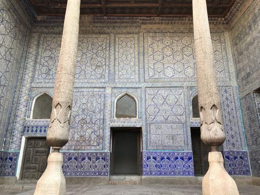 Der zweite Palast in der Altstadt ist der Toshhauli-Palast. Durch die glasierten Kacheln und reichhaltigen Ornamenten schöner als die alte Festung.