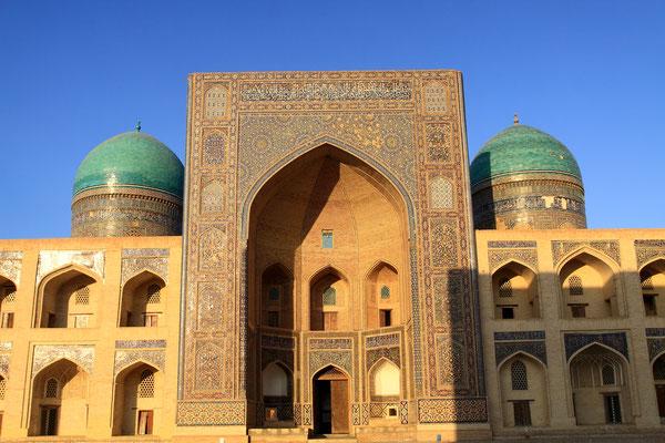 Die Mir-i-Arab-Medrese wird seit dem 16. Jhdt. bis heute als religiöse Lehranstalt genutzt und ist daher für Touristen nicht zugänglich