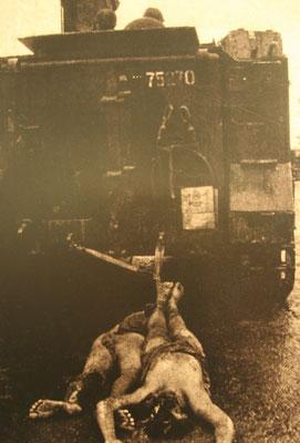 die Menschen wurden lebendig hinter den Panzer gekettet und so lange durch die Straßen gefahren, bis sie tot waren.