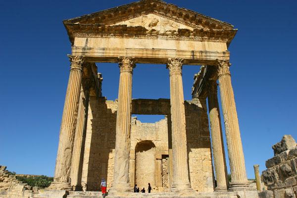 Das im Jahre 166 n. Chr. erbaute Kapitol ist ein besonders bemerkenswertes römisches Gebäude. Der etwa acht Meter hohe First wird von sechs gewaltigen Säulen getragen.