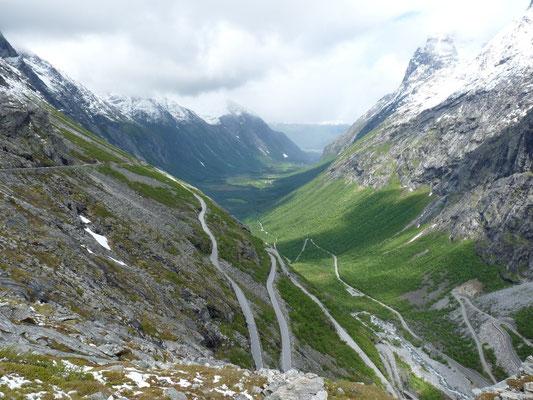 Åndalsnes ist  Ausgangspunkt für die Fahrt nachTrollstigen, die sich auf 18 Kilometer Länge mit einer Steigung von 12 % in eindrucksvollen Serpentinen auf die Passhöhe hinaufschraubt, von wo aus man einen herrlichen Ausblick hat