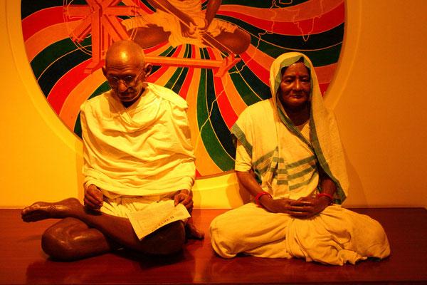 """Die """"Große Seele"""" heißt eigentlich Mohandas Karamchand Gandhi, hier mit seiner Ehefrau Kasturba Ghandi"""