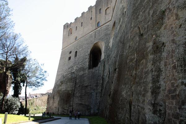 Die mächtige Festung Castel Sant Elmo aus dem Jahr 1329-eines der Wahrzeichen der Stadt. Hoch oben auf dem Vomerohügel überragt sie die ganze Stadt