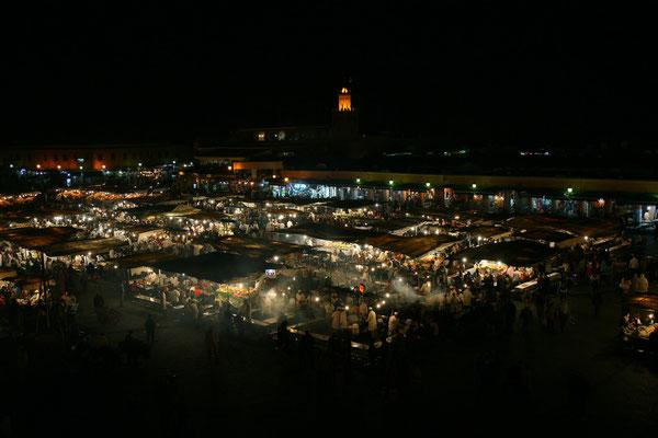 Die Stimmung am Abend ist unbeschreiblich: Garküchen, Schlangenbeschwörer, Geschichtenerzähler und Akrobaten beleben den Platz