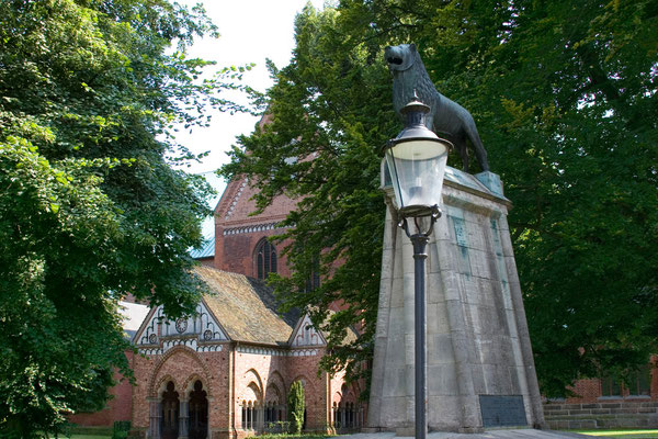 """Blick auf das """"Paradies"""" und das Denkmal Heinrich des Löwen als Förderer Lübecks"""