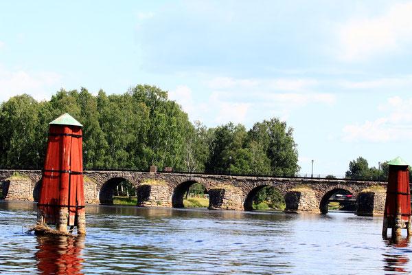 Historische Steinbrücke von Östra Bron. Bei einem Rundgang um das Zentrum von Karlstad kann man diese alte Steinbrücke im Osten der Stadt benutzen. Diese imposante Brücke ist die längste ihrer Art in Schweden und wurde im 18.Jhrd. erbaut.