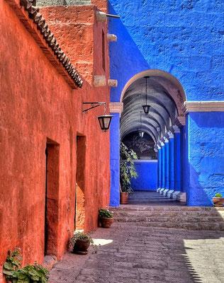 Erbaut 1589 und seit einer Renovierung  im Jahre 1970 sind Teile des Klosters Santa Catalina der Öffentlichkeit zugänglich. Seither gehört das Kloster den bedeutendsten Sehenswürdigkeiten im Süden Perus.