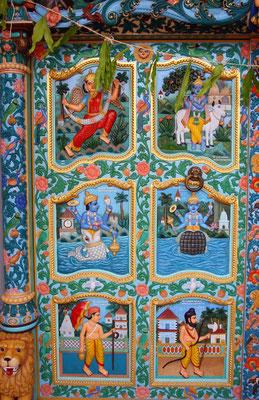 Reichhaltig dekoriertes Eingangsportal