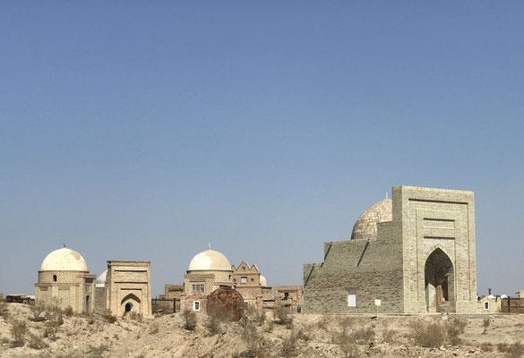 In der Nähe von Nukus in der heutigen unabhängigen Region Karalpakistan, befindet sich die Gräberstadt Mizdakh Khan aus dem 9. Jhdt.