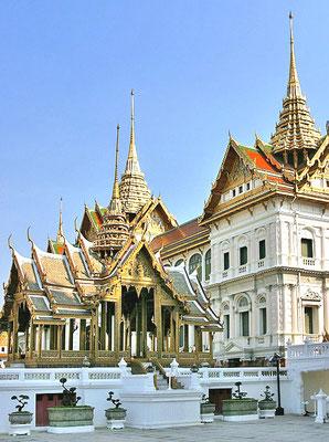 Die Palastanlage  besteht aus vier Bereichen, dem Wat Phra Kaeo Tempel Bezirk dem Äußeren Hof, dem Zentralen Hof, und dem Inneren Hof