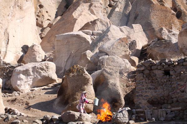 Auf den Wegen durchs Dorf kann man das traditionelle und einfache Leben der Bewohner erleben.