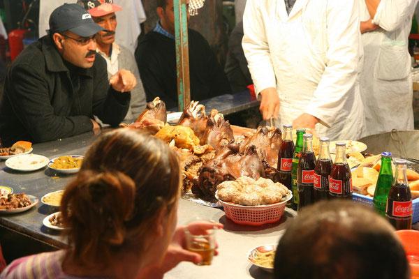 Traditionelle Gerichte in hunderten von Garküchen am Abend