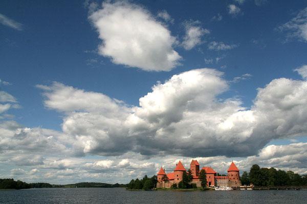 Die Wasserburg von Trakai am gleichnamigen Dorf liegt malerisch eingebettet zwischen drei Seen.