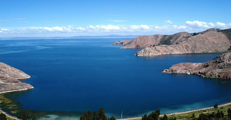 Weiter geht es zum Titicacasee. Er liegt in den südöstlichen Anden in einer Höhe von über 3.800 Metern, genau zwischen Peru und Bolivien – und ist damit das höchstgelegene schiffbare Gewässer der Welt