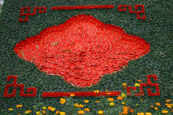 Die verschiedenen Höfe, die man bis zur Erlangung der Himmlischen Klarheit passieren muss, sind mit schönen Blumenarrangements verziert