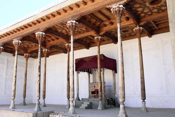 Der Thronsaal, eher ein Thronhof - ein Innenhof, der an drei Seiten mit hohen Holzarkaden gesäumt ist