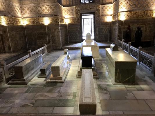 Die Grabstätte beherbergt einige Grabmale, im Zentrum befindet sich ein Quader aus schwarzem Nephrit, einem Mischkristall- das Grab Tamerlan des Großen (Amir Timur)
