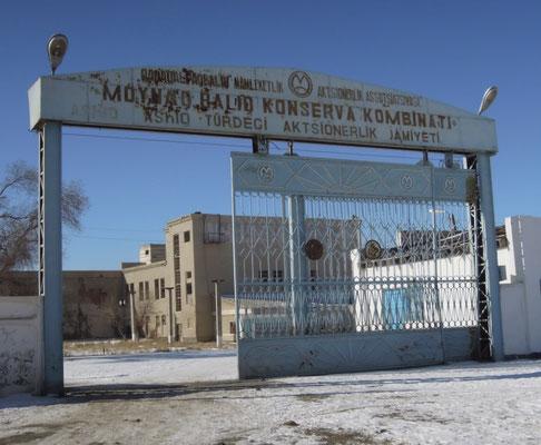 In dieser Fabrik wurde seit den 20-er Jahren der Fischreichtum des Aralsees für die gesamte Sowjetunion eingedost und versorgte sogar die Rote Armee im 2. Weltkrieg mit Fisch.