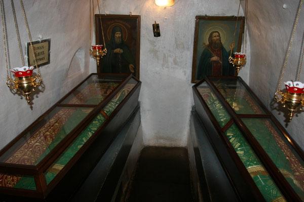 In den Grabhöhlen sind 122 orthodoxe Heilige bestattet, deren Leiber auf wundersame Weise konserviert wurden. Viele Gläubige strömen in die engen stickigen Gewölbe und küssen die Reliquien