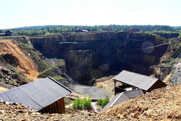Wie nach einem Meteoriteneinschlag klafft ein riesiges Loch in der Landschaft. Die Stadt und die Grube gehören zum UNESCO-Weltkulturerbe. Beeindruckend ist der Blick in den Krater, ein Treppenabgang führt Interessierte 70 m tief in die Mine.