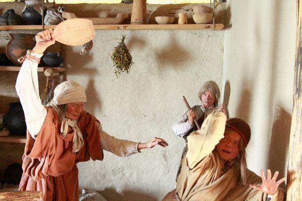 Im Inneren der Pfahlhütten zeigen Szenen das Leben vor bis zu 10.000 Jahren