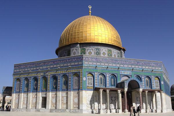 Der Felsendom beherbergt den Heiligen Fels und ist nach jüdischem Glauben der Ort, an dem Abraham seinen Sohn Isaak opfern sollte. , den Muslimen ist er der Platz, von dem aus Mohammed auf seinem Pferd in den Himmel ritt.