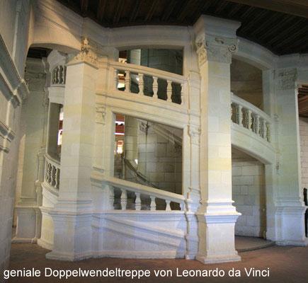 Eine Besonderheit ist die von Leonardo da Vinci entworfene doppelläufige Wendeltreppe, die man auf zwei sich nirgends kreuzenden Wegen besteigen kann.