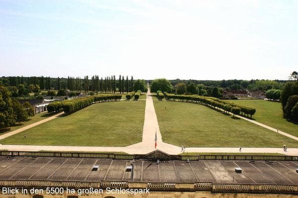 Die Parkanlage des Schlosses hat eine Größe von 5.500 ha (!), versehen mit einer 32 Kilometer langen Mauer, der längsten Frankreichs, die den Schlosspark umschließt.