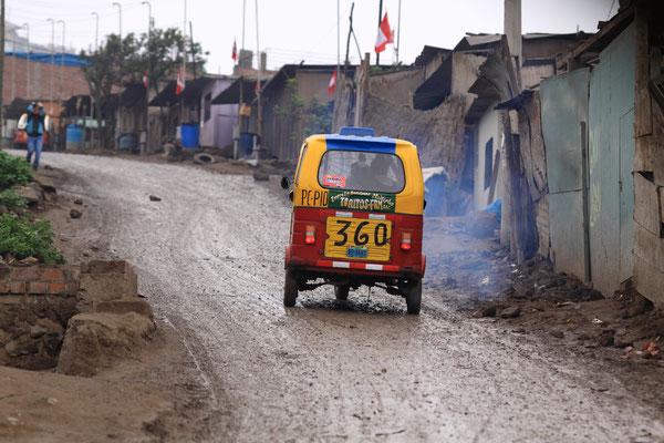 Auf eine Gesamtlänge von ca. 80 km ziehen sich die tristen Armenviertel durch die wenig ansprechende Landschaft.