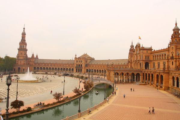 Die Plaza de España wurde aufgrund der Iberoamerikanischen Ausstellung im Jahre 1929 errichtet. Sie zeigt eine Form im Halbkreis mit einem Durchmesser von 200 Metern, der die Umarmung Spaniens mit seinen ehemaligen Kolonien symbolisieren soll