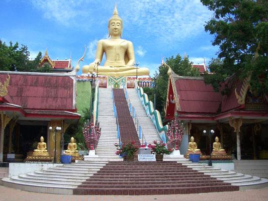 Auf Samui befindet sich die vergoldete zwölf Meter hohe Buddha-Statue, der Big Buddha des Wat Phra Yai  die 1972 auf der vorgelagerten Insel Ko Fan errichtet wurde