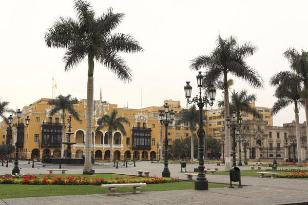 Die zentrale Plaza Mayor in neuspanischem Stil bildet den Mittelpunkt der Anlage. Kein geringerer als Francisco Pizarro soll ihn mit seinem Degen und seinem Blut umrissen haben.