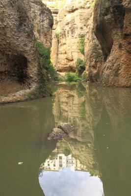 Der kleine Fluss Guadalevin durchfliesst die Stadt und teilt sie in zwei Gebiete. Das Flussbett besteht aus einem tief eingeschnittenen Steilhang mit einer Höhe von hundert Metern und ist heute ein Wahrzeichen der Stadt.