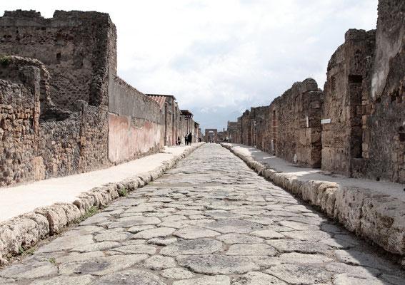 Via dell Abbondanza- eine der Hauptgeschäftsstraßen Pompejis