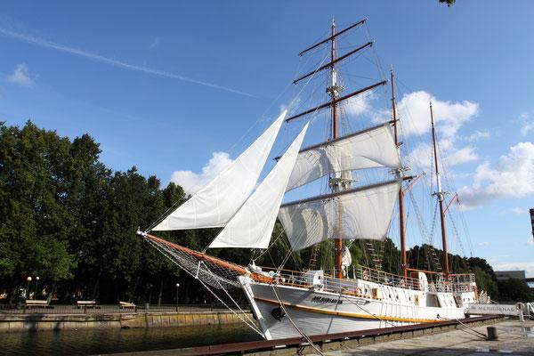 Klaipeda-1252 von Lübecker Kaufleuten gegründet. Im Bild die historische Yacht einer Brauerei am Flüßchen Dane`.