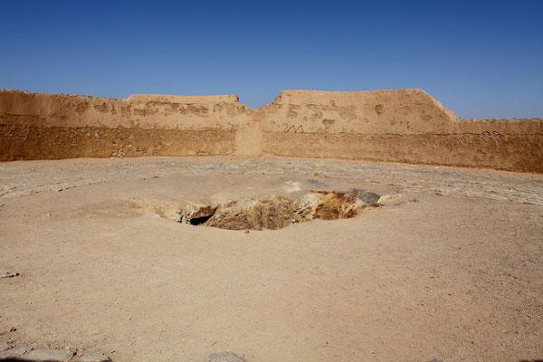 Daher wurden bis 1970 die Toten hierher verbracht. Die Leichname wurden nach den Bestattungsritualen von Geiern verspeist.