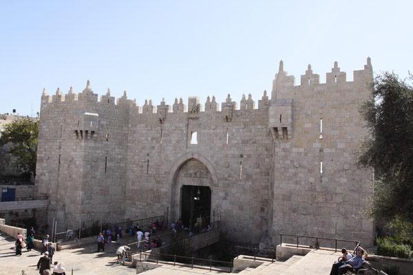 Jerusalems Altstadt betritt man durch zwei Tore - hier das Damaskustor, durch das man direkt zur Klagemauer und zum Tempelberg gelangt.