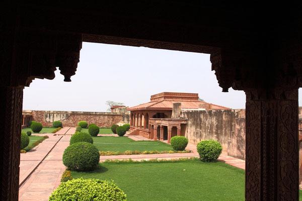 Paläste mit spinnwebenfein gemeißelten Fenstern aus Marmor, orientalisch verzierte Harems- und Herrschaftsgebäude mit persischen Kuppeln, blau glasierten Ziegeln und verblichenen goldenen Wandmalereien.