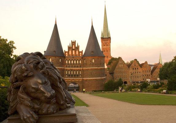 Begegnung mit dem historischen Lübeck, dem Holstentor als früherem Schutz von außen, Petrikirche und Alte Salzspeicher