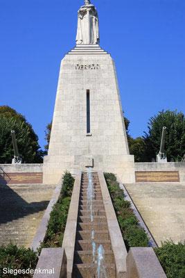 Verdun - Gedenkstätte der gefallenen Soldaten ALLER Nationen,  registriert, die identifiziert und beerdigt werden konnten.
