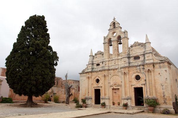 Als die meisten türkischen Soldaten ins Kloster eingefallen waren, zündete der Mönch Konstantinos Giaboudakis mit einem Schuss auf ein Pulverfass den gesamten Sprengstoff, der sich im Kloster befand. Es sollen mehrere Tonnen gewesen sein.