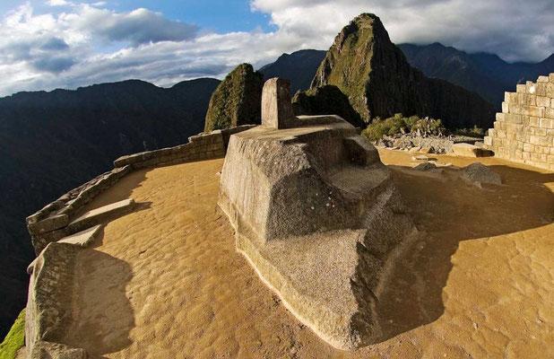 Gekrönt wird die Anlage von einem natürlichen Felsblock mit einer heraus gemeißelten Granitsäule, dem Intihuatana-Stein.  Man geht davon aus, dass es sich dabei um eine Sonnenuhr oder auch eine zeremonielle Kultstätte handeln könnte.