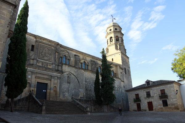 Die Kathedrale von Baeza wurde auf den Mauern eines römischen Tempels errichtet. Das Renaissance-Bauwerk aus dem 11. Jahrhundert wurde durch einen gotischen Turm erweitert.