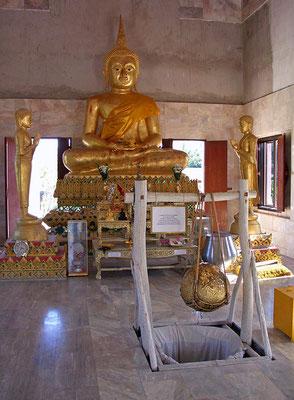 Wat Khunaraam liegt an der Hauptstraße zwischen Lamai und Nathon. Viele Besucher kommen um den  verstorbenen Mönch  zu sehen.
