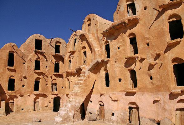 Matmata im Dahargebirge - ursprünglich zu römischer Zeit von Berbern genutzte Höhlenverstecke.