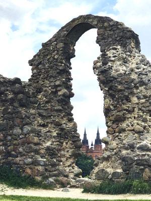 Rezekne wurde erstmals 1285 unter dem Namen Rositten urkundlich erwähnt. Die Ursprünge der Burgruine gehen zurück bis auf das 9. Jhdt., denn hier befand sich eine strategisch wichtige Befestigungsanlage der alten Lettgallen.