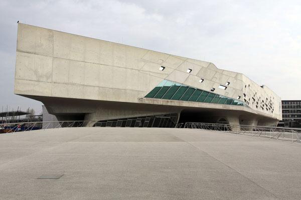 Das Gebäude wurde von der Irakerin Zaha Hadid entworfen und im November 2005 fertiggestellt.