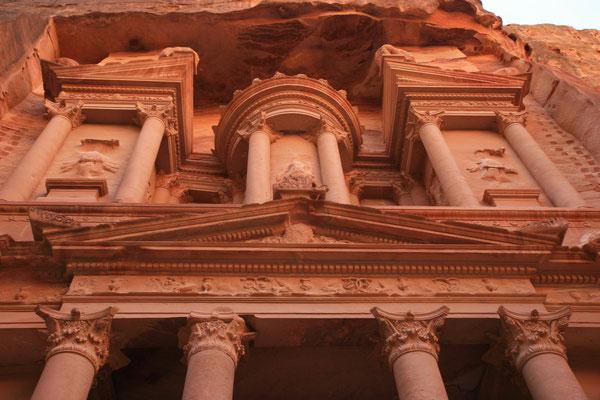 Seinen Namen verdankt das Gebäude der Urne auf der Spitze des Eingangsportals, in der die Beduinen wertvolle Schätze vermuteten