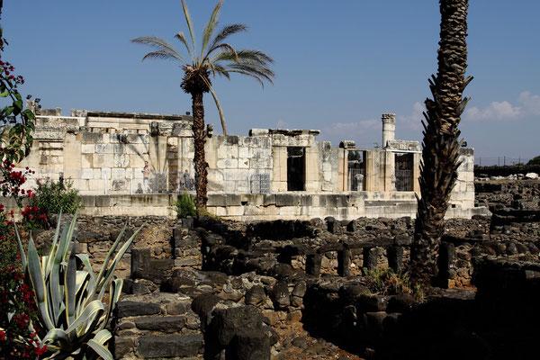 Kapernaum entstand im 2 Jh. v. Chr. und erstreckte sich nur zwischen dem See Genezareth und dieser Synagoge. Im Laufe der Jahre haben sich dann die Wohnviertel erweitert.